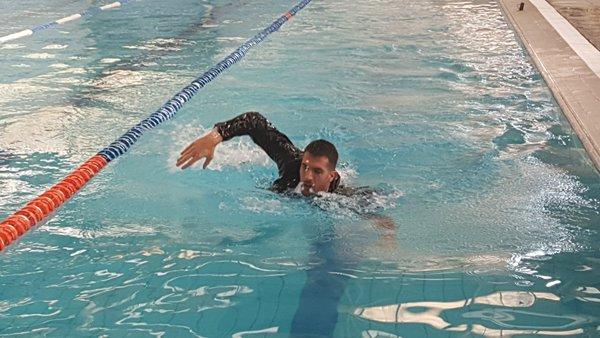 Fede Grabich se tiró al agua en saco en una producción fotográfica.