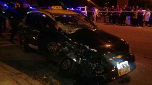 Así quedó el taxi luego del impacto (Twitter: @rosarioalerta)