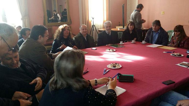 Las autoridades se reunieron en el Salón Dorado del municipio.