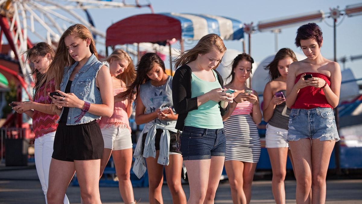 El phubbing o esa incómodo fenómeno de ignorar a la gente para mirar el teléfono