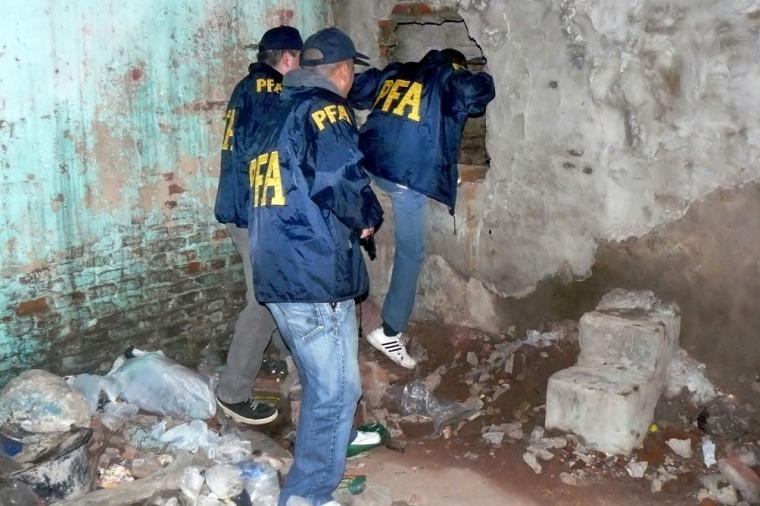 Policías ingresando en un bunker de drogas (Télam)
