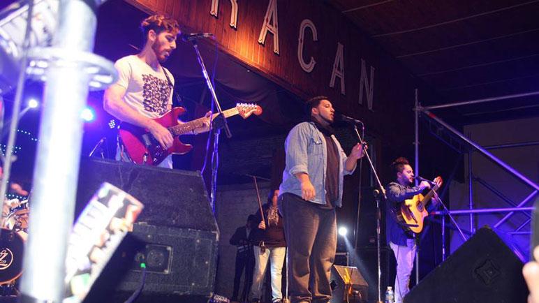 El sábado Los Huayra hicieron cantar y bailar a los presentes. Fotos Facebook Comuna Chabás.