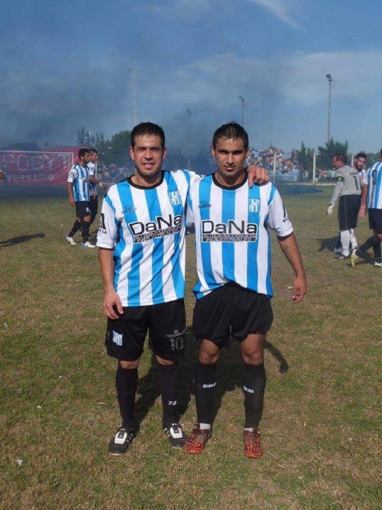 Nico Castillo, a la izquierda de Diego Medina, anotó dos goles en Zavalla en el 3-1 del León.