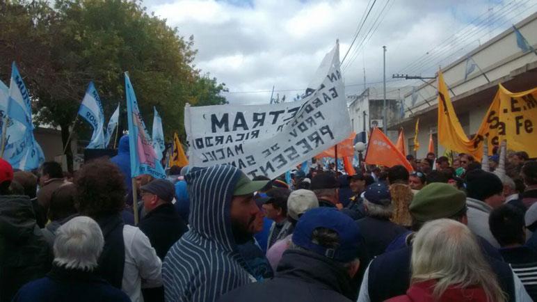 Los municipales en la manifestación en las calles de Las Rosas.