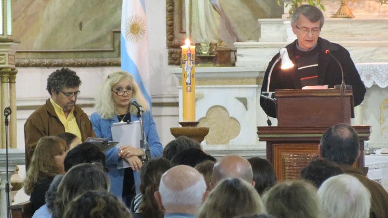 Representantes de los medios más importantes de la ciudad oraron en la Parroquia San Pedro.