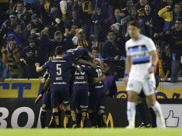 Musto se abraza al grupo mientras Gremio lamenta la derrota.