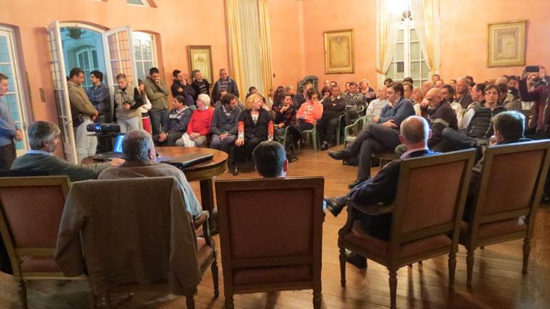 Autoridades y vecinos se reunieron el lunes en el Salón Dorado.