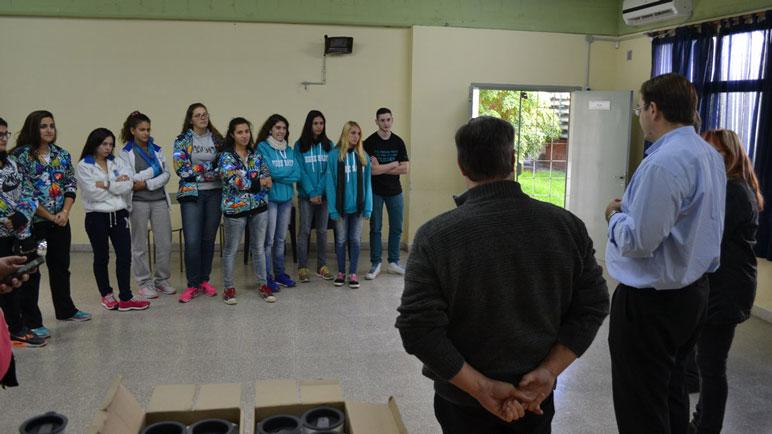 Los alumnos en pleno reconocimiento de las autoridades municipales.