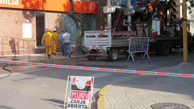 Bomberos, policía y personal de Sapem trabajaron en el lugar.