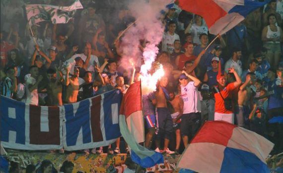 La hinchada de Nacional llegó a Rosario en medio centenar de colectivos.