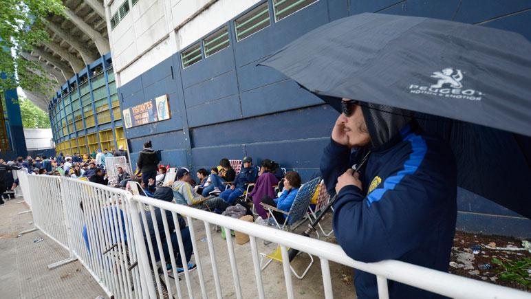Los hinchas aguardan desde temprano por conseguir una entrada.