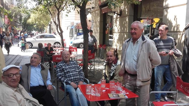 """""""¿Qué? ¡Es una joda!"""", atendieron los jubilados que cada día departen en una mesa de la peatonal."""