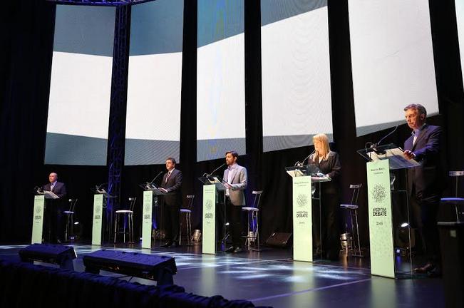 El histórico debate comenzó puntual, a las 22 del domingo.