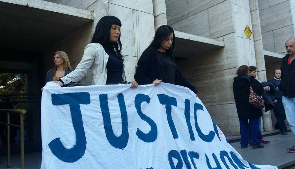 La hermana de Pichón, Luciana Escobar y su prima en Tribunales (FB: Octavio Crivario)
