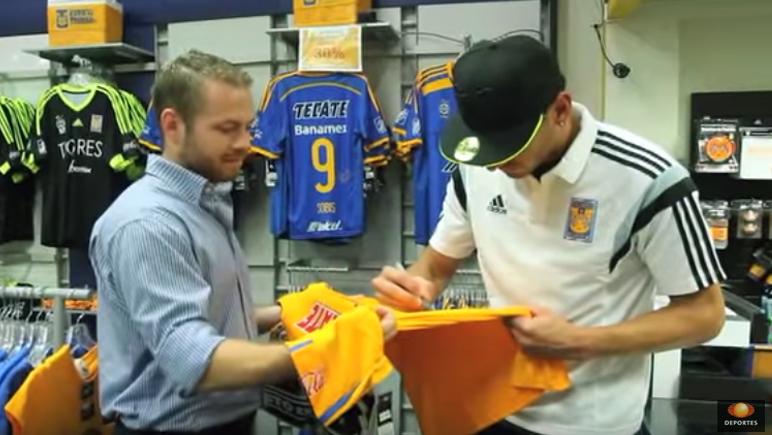 El Patón firmó las camisetas se sus fans.