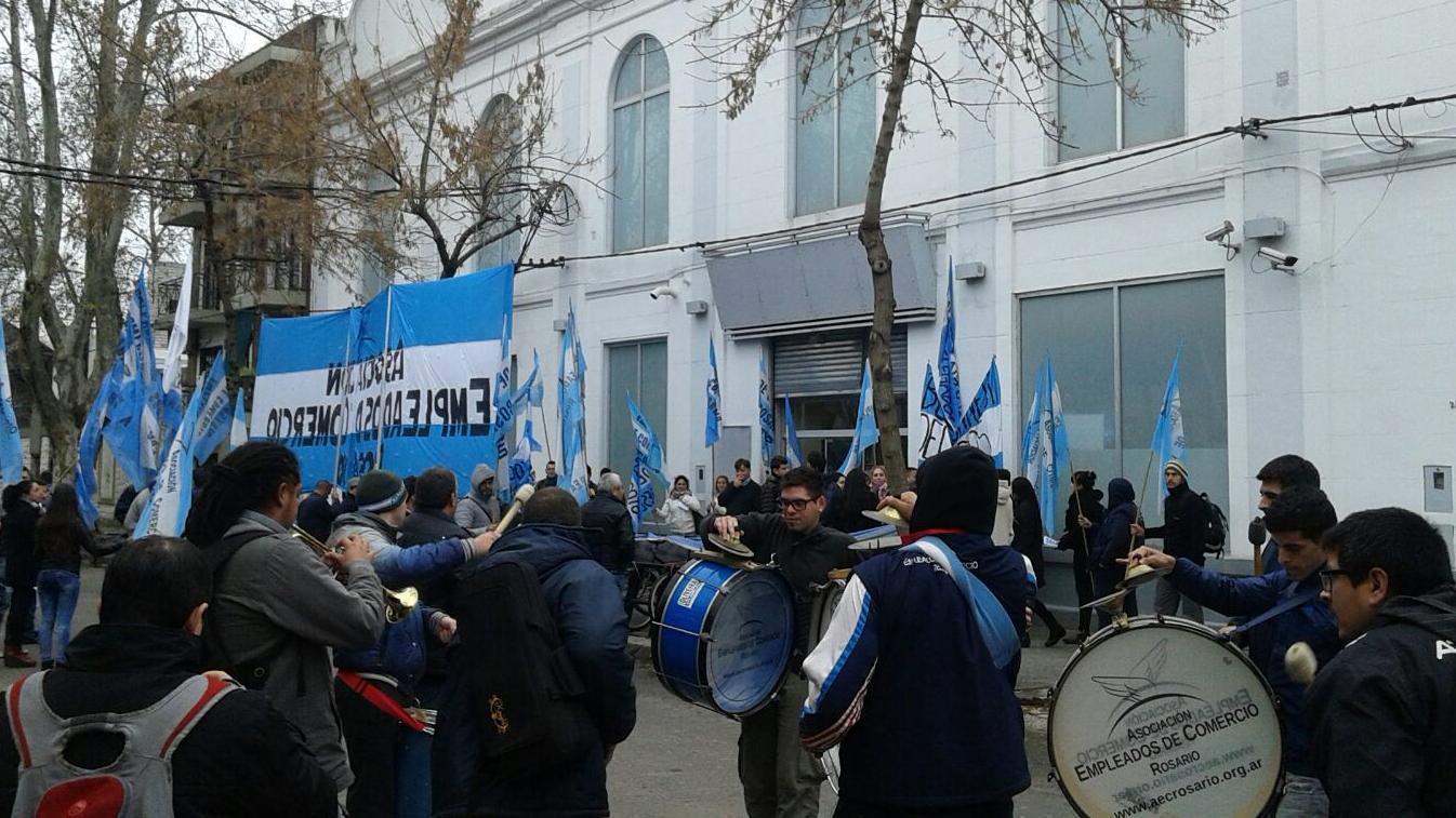 """Los trabajadores se manifestaron frente a las puertas de """"Blue Connect - Kitec""""."""