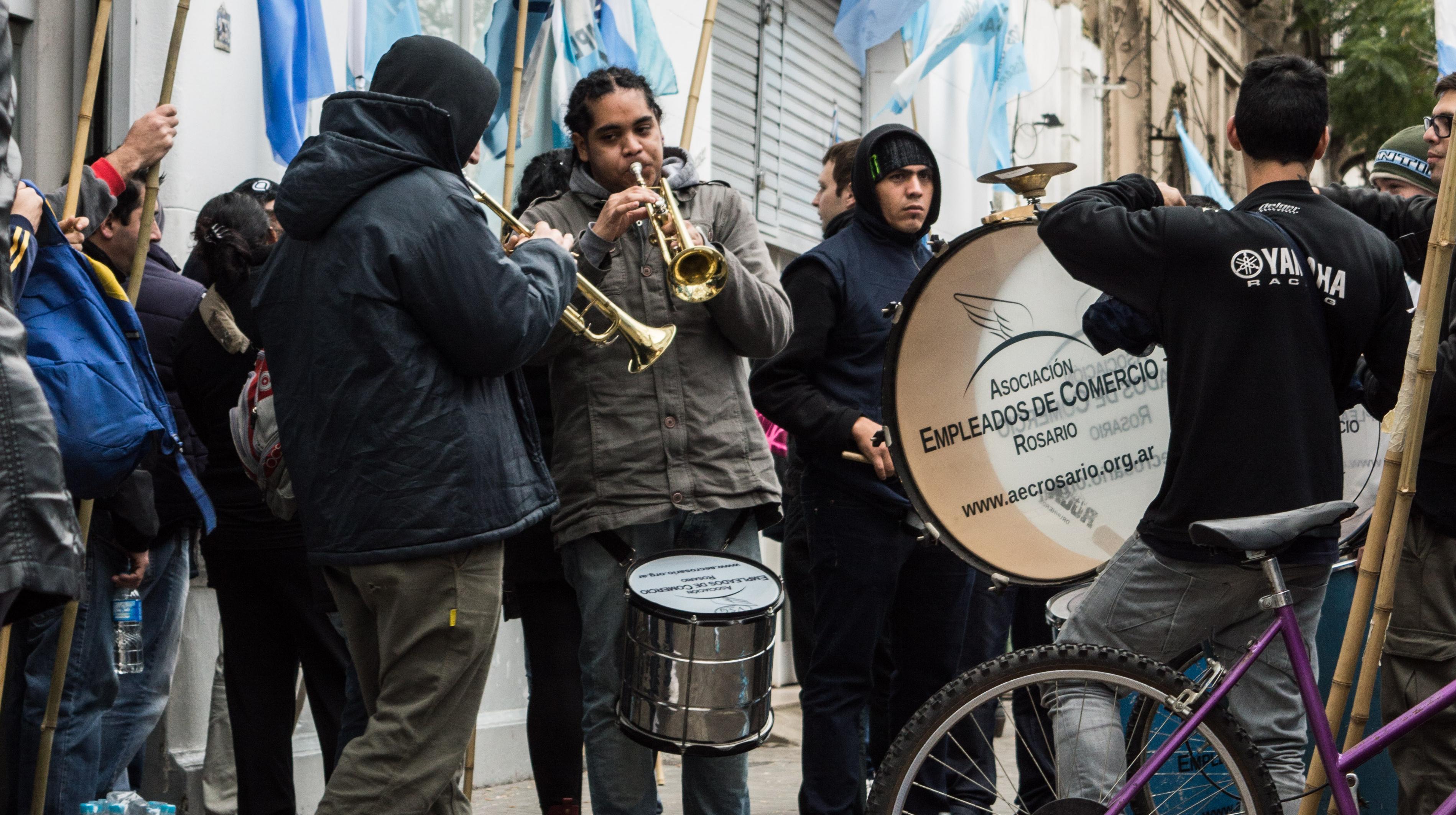 """Los trabajadores se manifestaron frente a las puertas de """"Blue Connect - Kitec"""". (Foto: Julián Miconi)"""
