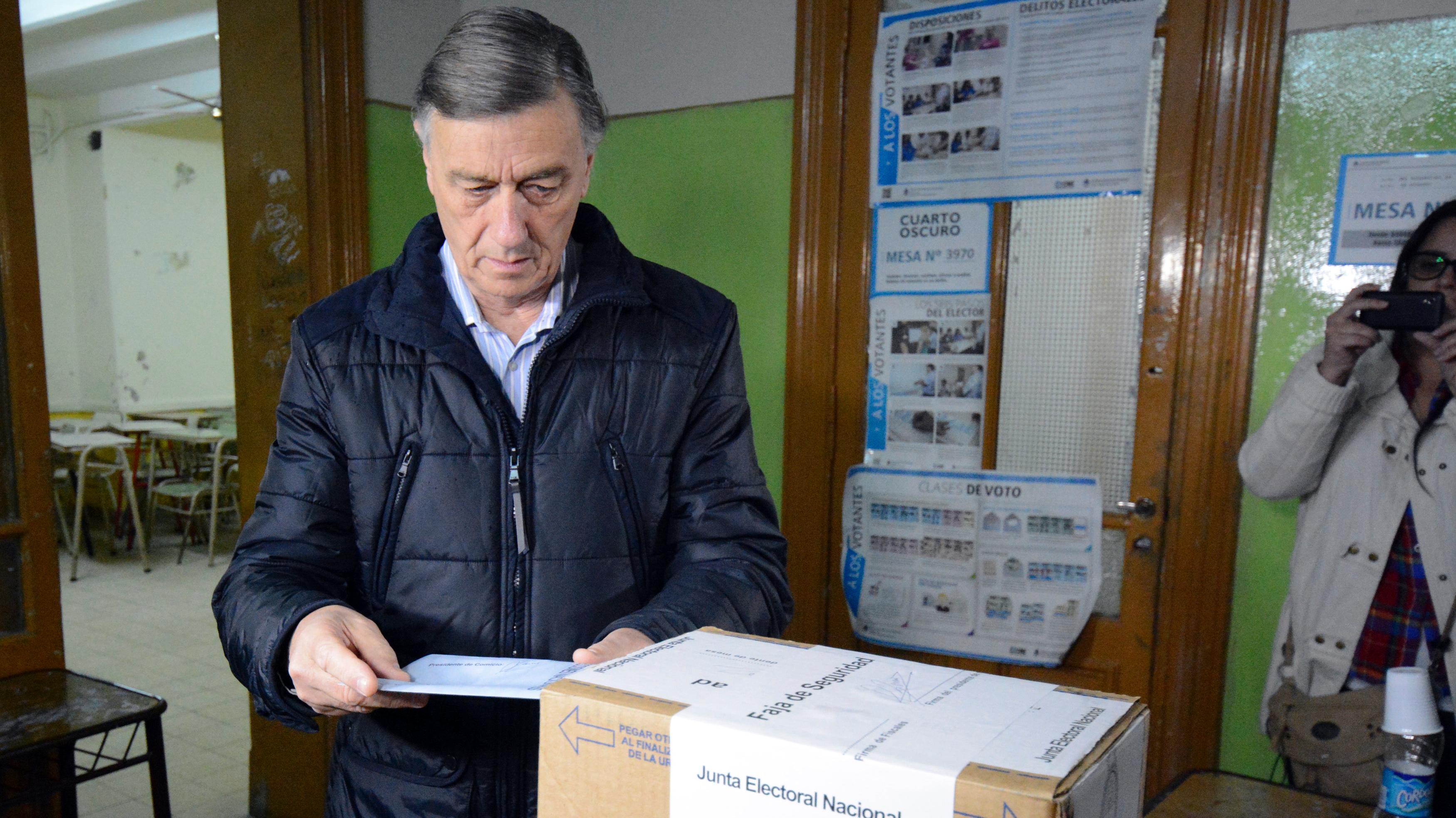 El ex gobernador votó en la mesa 3970 de la Escuela Bernardino Rivadavia. (Foto: Ángel Donzelli)