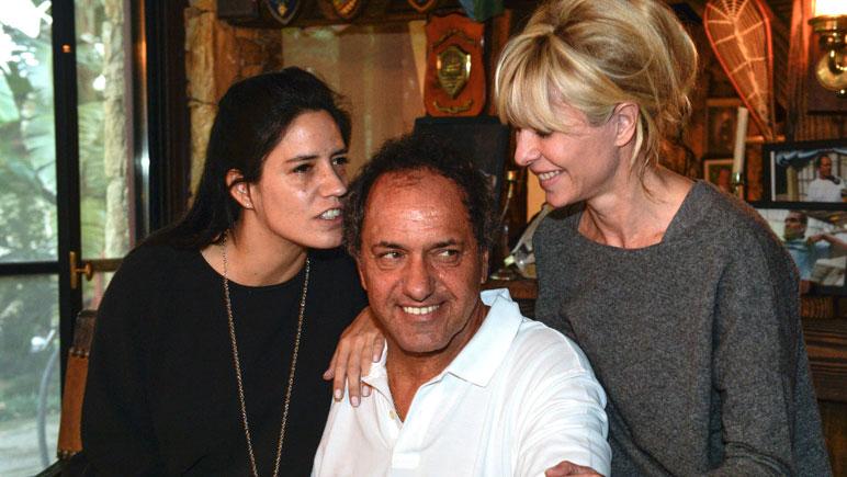 Luego de votar, Scioli compartió un momento con su esposa e hija.