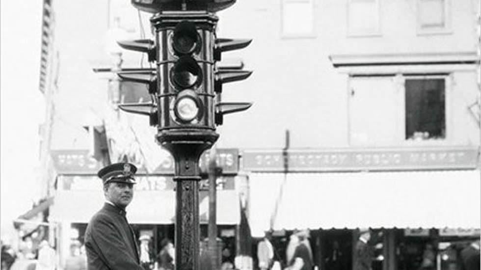 El primer semáforo del mundo, el día de su instalación.