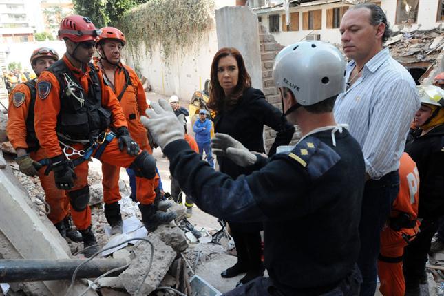 La presidenta, entre los escombros, el día después de la tragedia.