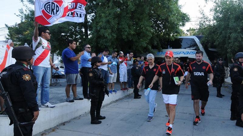 Gallardo llega al Monumental para dirigir una práctica. Fervor millonario.