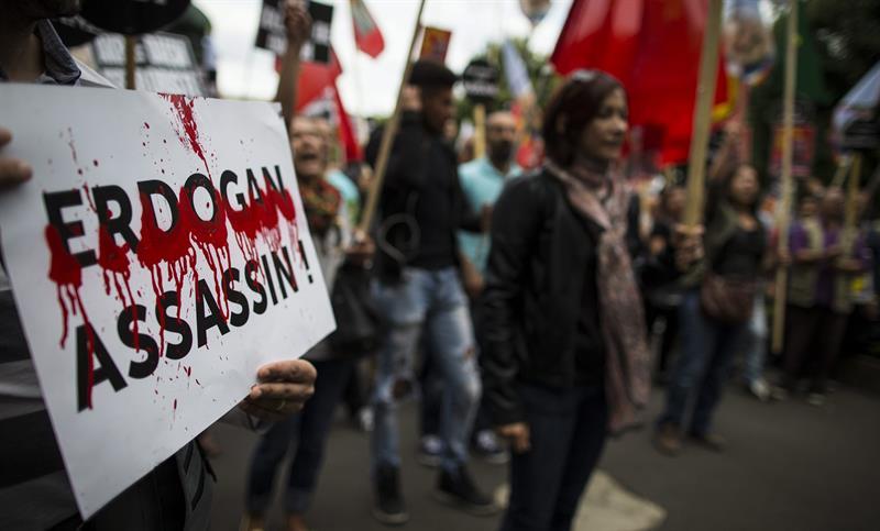 Miembros de la comunidad kurda se manifiestan en frente de la embaja turca en París. (EFE)