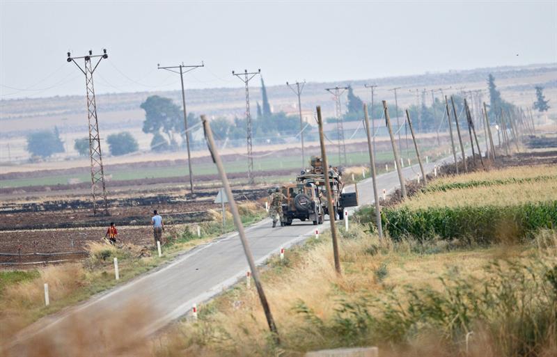 Un tanque turco patrulla a lo largo de lafronteraconSiriacerca de la localidad de Kilis, en el sureste deTurquía. (EFE)
