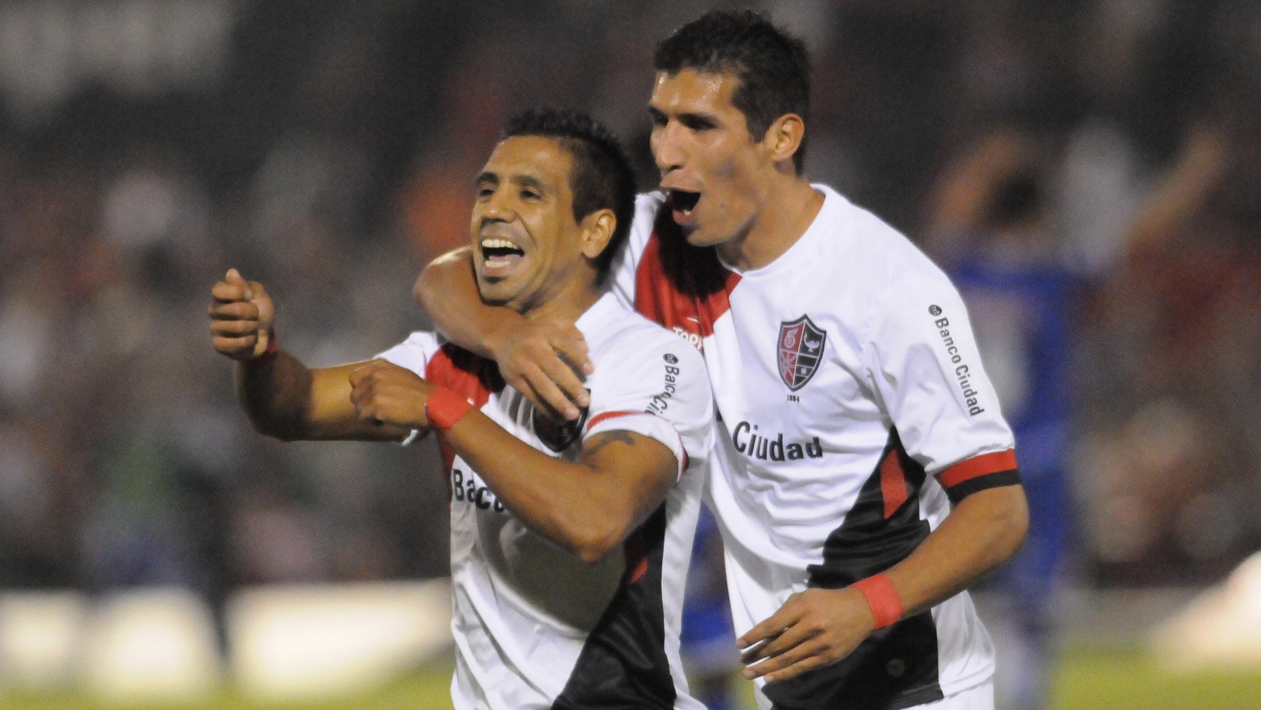 Figueroa clavó el zurdazo para cerrar el partido. Lo abraza Cáceres.
