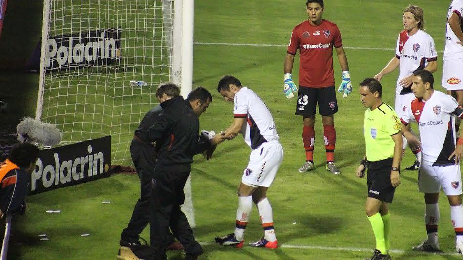 Fernández fue atendido por un pisotón de Cáceres, su compañero
