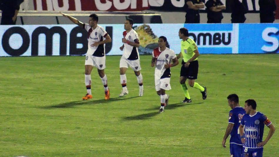 Paz festeja su primer gol con la rojinegra.