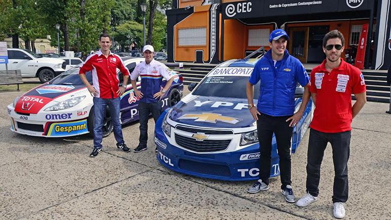 Los pilotos y sus autos, junto al CEC (Foto: Juan José García)