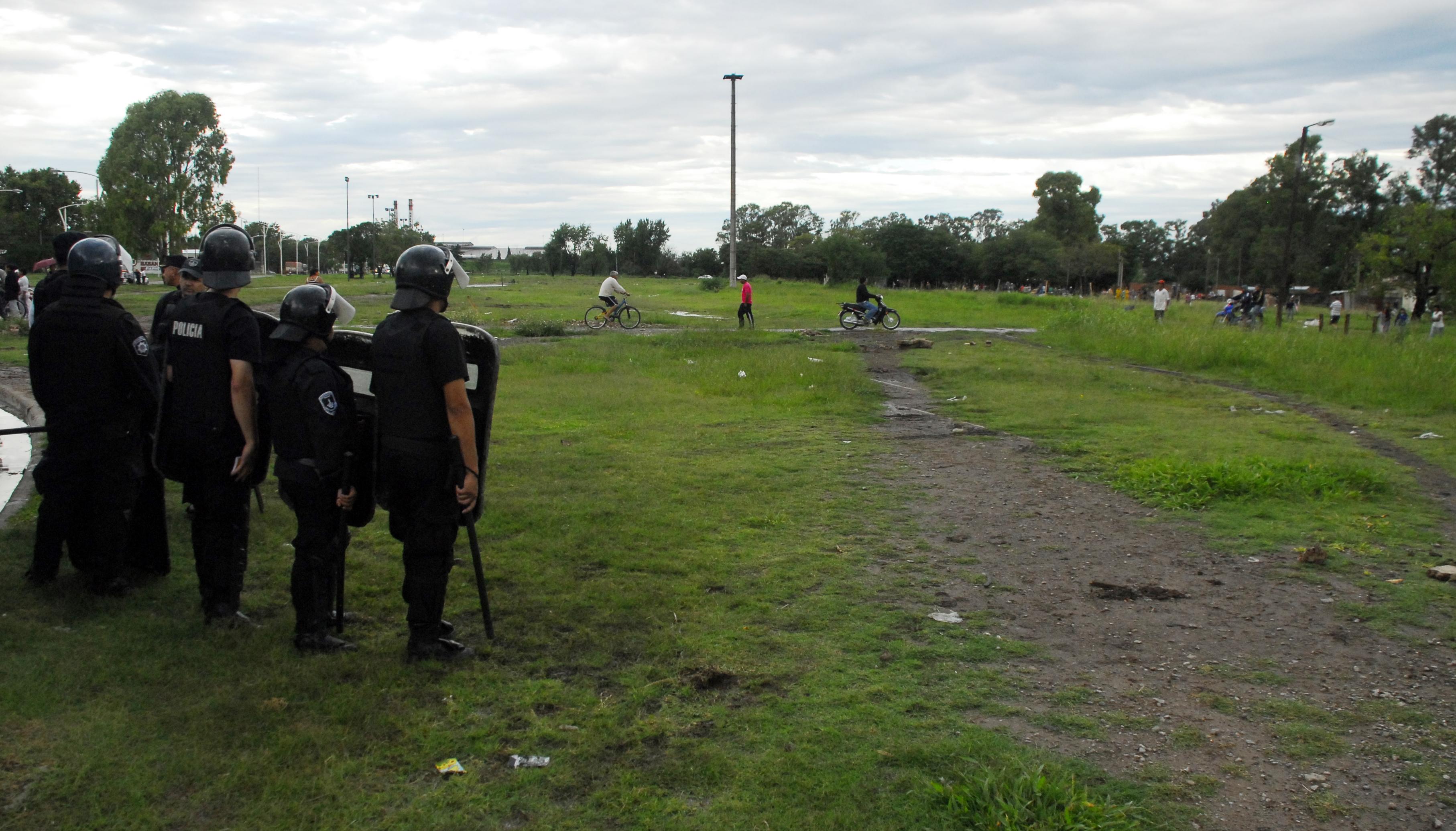La policía presente en el predio