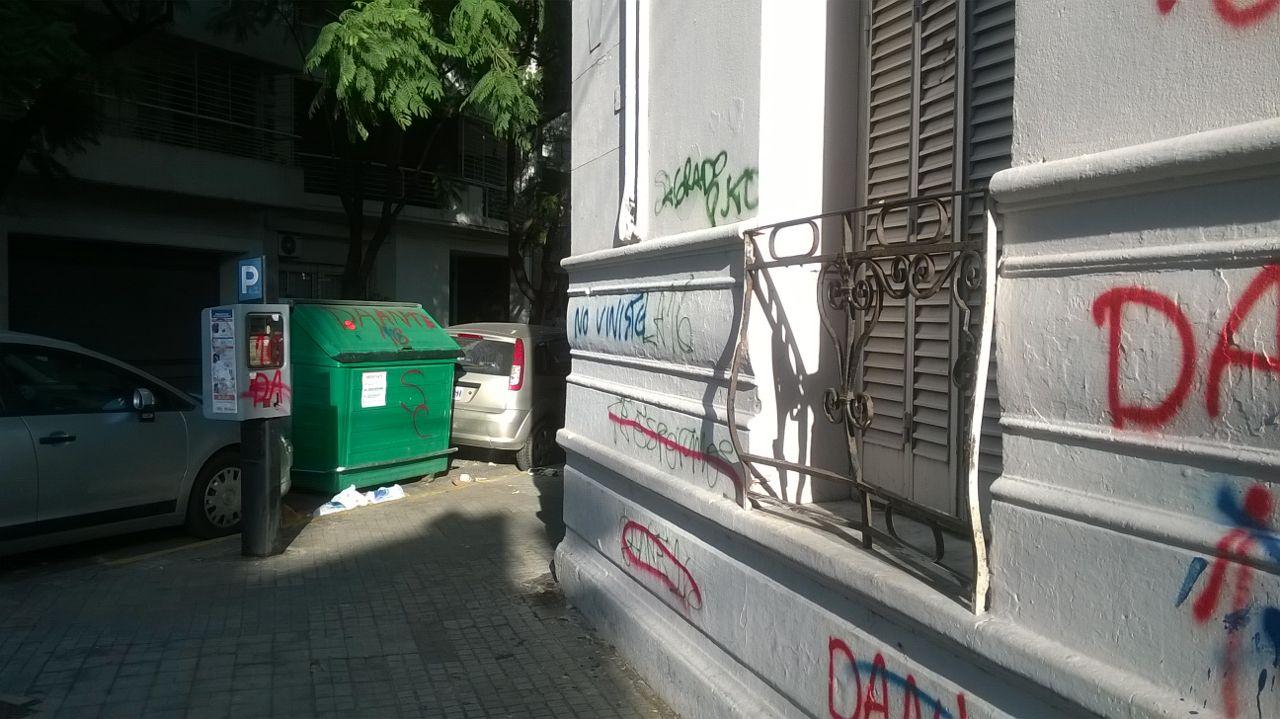 La máquina de estacionamiento medido y el contenedor, afectados. Y la pared, claro. Foto: Rosario Plus