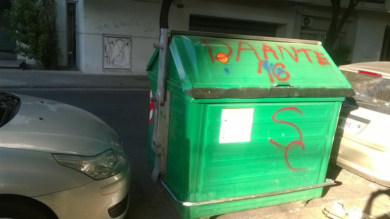 Un recipiente para basura, también afectado por las pintadas. Foto: Rosario Plus
