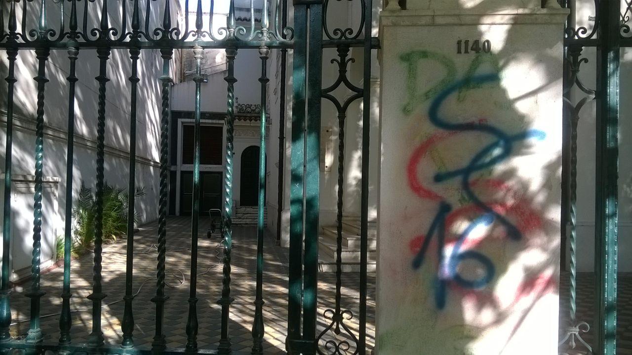 En la puerta de La Dante, graffitis de muchos colores, a veces difíciles de leer. Foto: Rosario Plus
