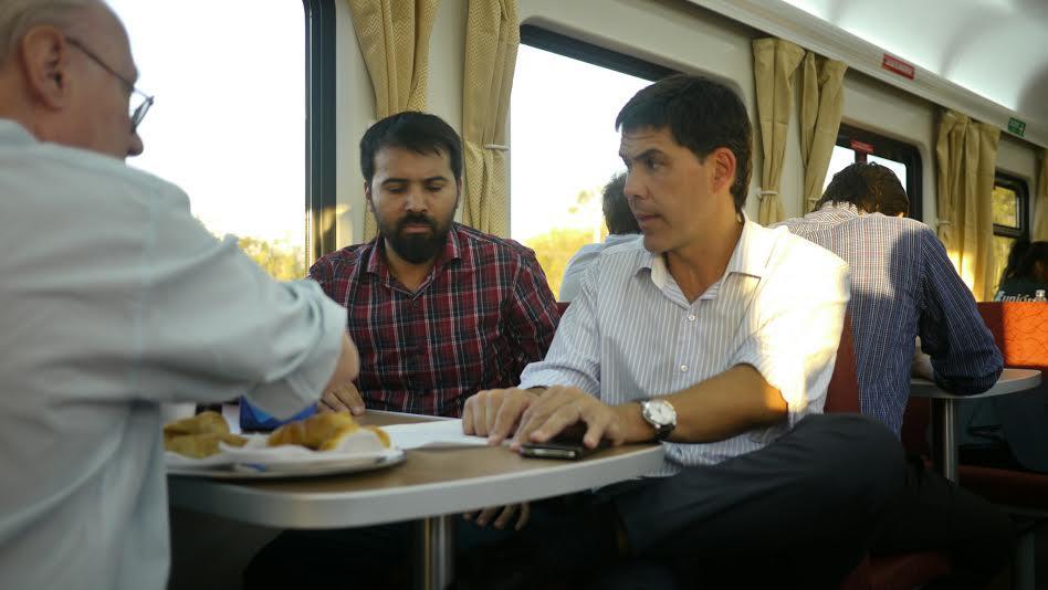 Ramos departe con otros pasajeros en el viaje inaugural del tren.