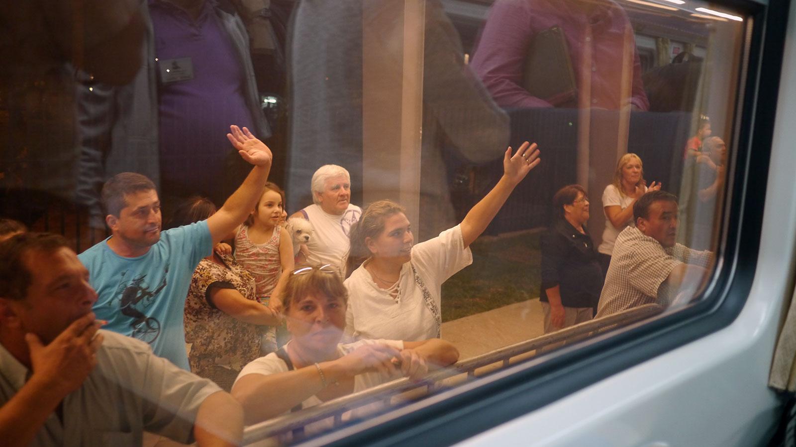Muchos rosarinos se acercaron a los costados de las vías a saludar la llegada del primer tren.
