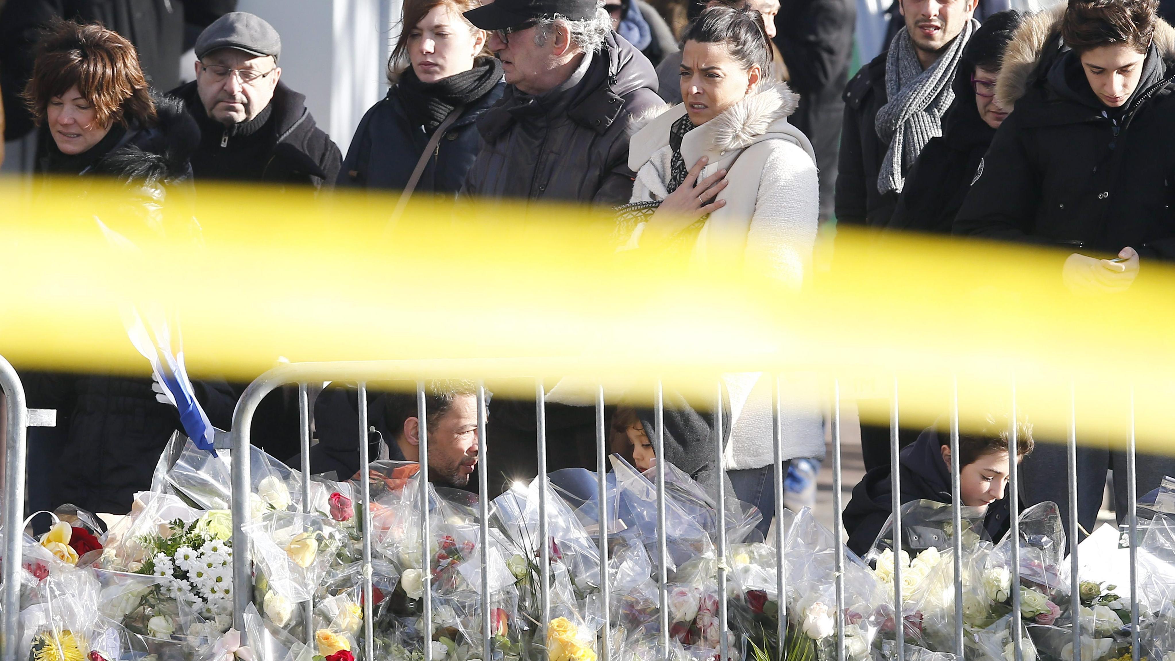 La gente se reúne en homenaje a las víctimas del mercado judío