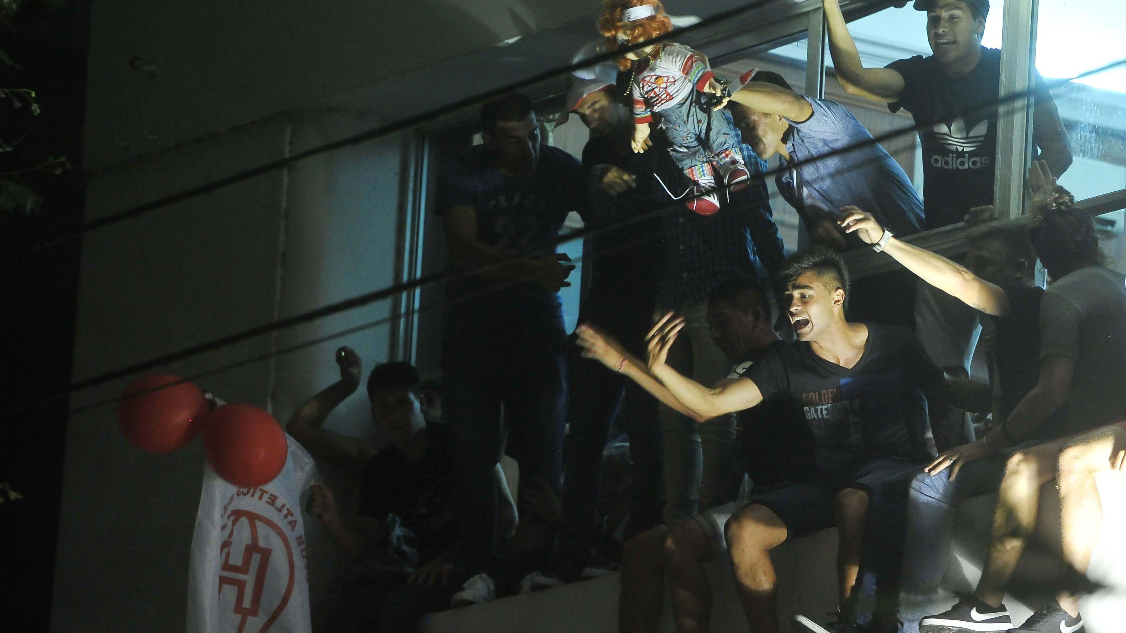 Los jugadores de Huracán, que ayer ascendió a primera división, festejan desde el balcón de la sede del club