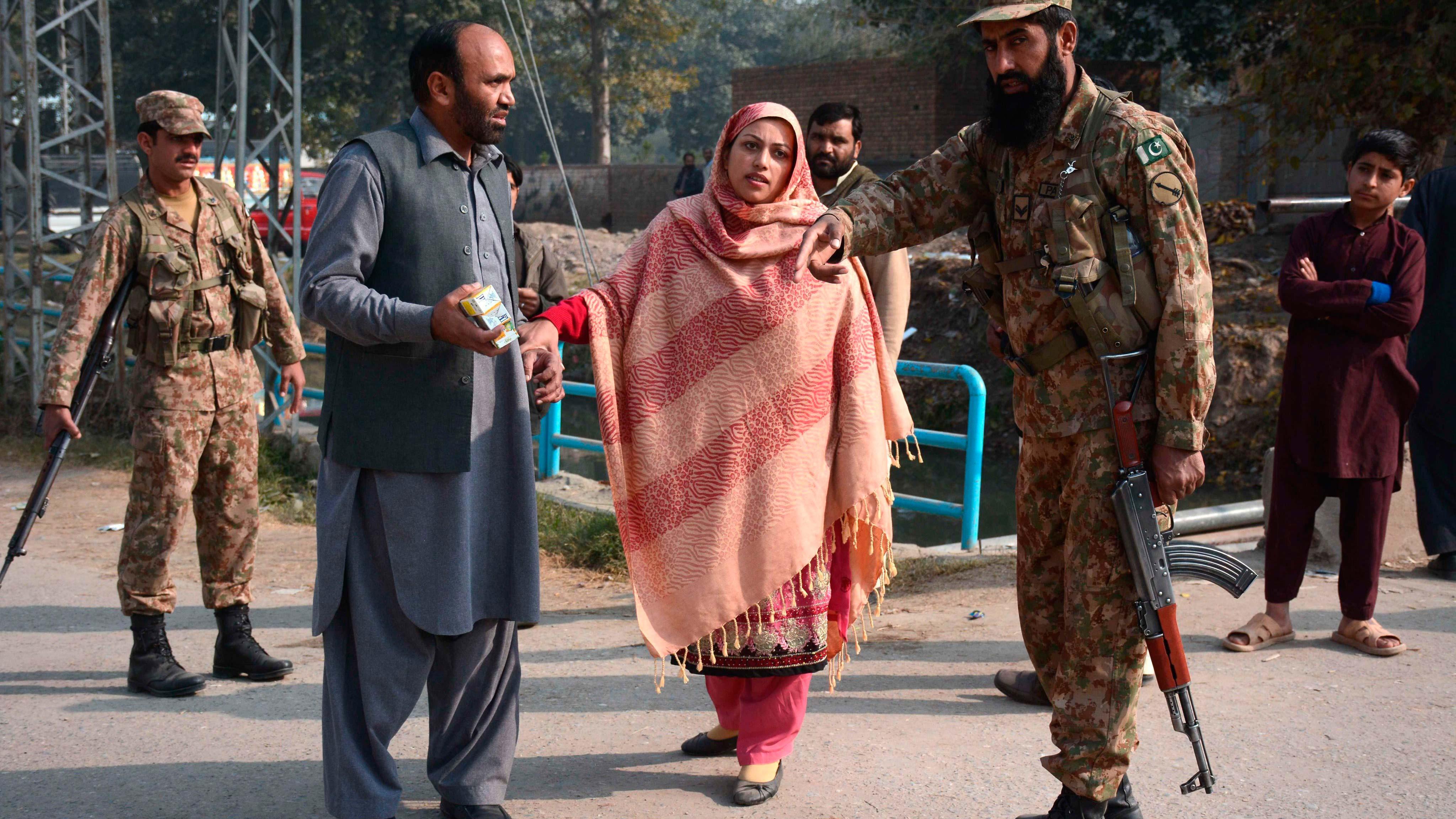 Unos padres preocupados por sus hijos hablan con un soldado tras el ataque talibán contra un colegio gestionado por el Ejército en Peshawar