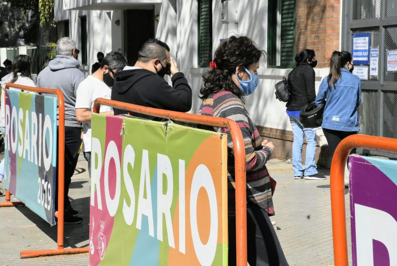 Largas filas en la guardia del Hospital Carrasco para hacerse el hisopado. (Rosario Plus)