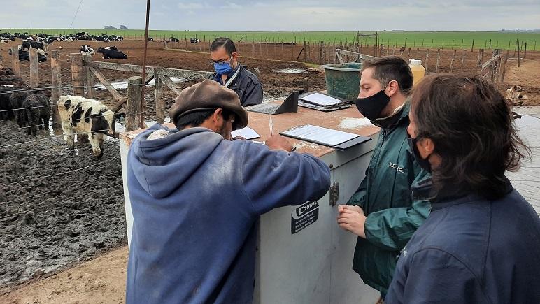 El trabajador rescatado firma el acta de fiscalización.