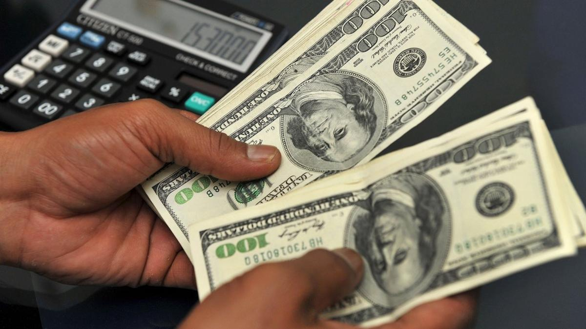 Medidas cambiarias para frenar la sangría de divisas