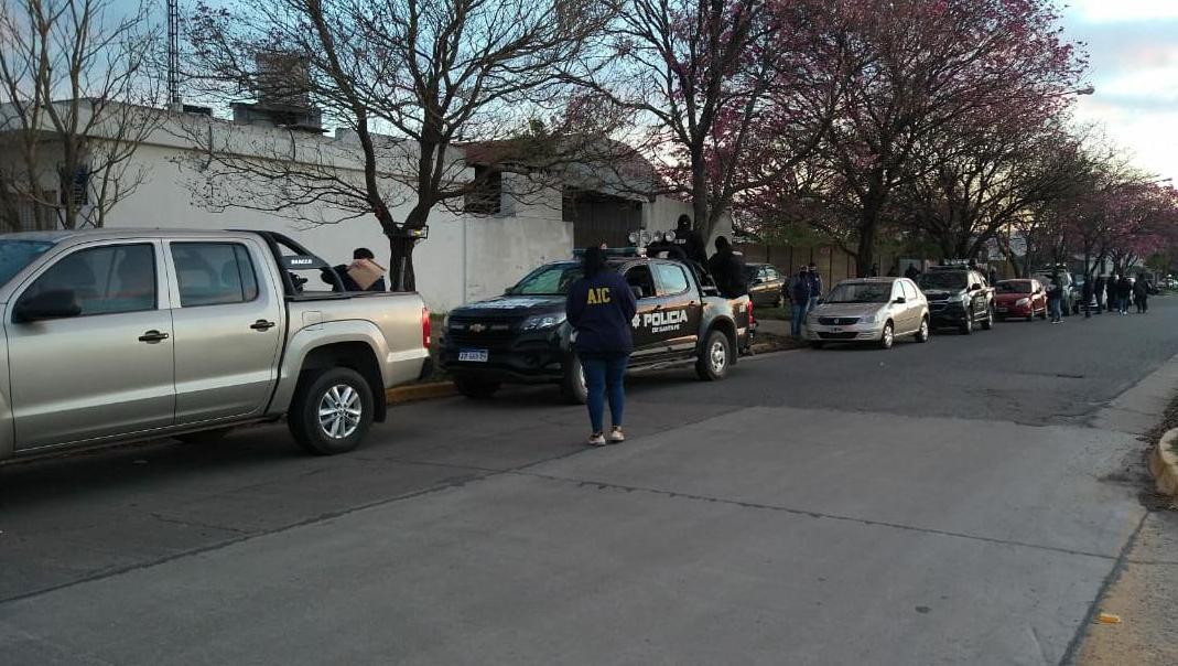 Dos mujeres fueron aprehendidas y tres varones detenidos.