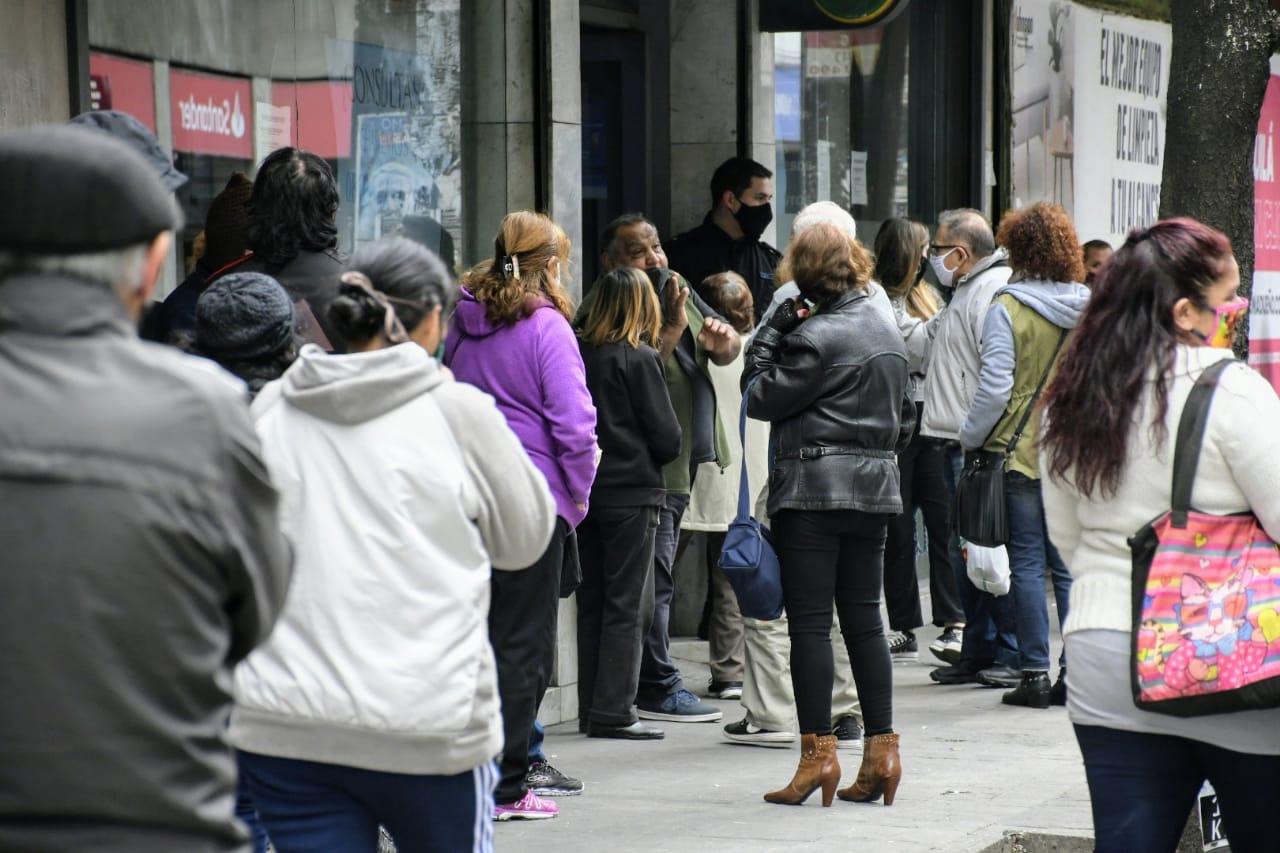 Se rompe el distanciamiento en la cola de los bancos (Rplus)
