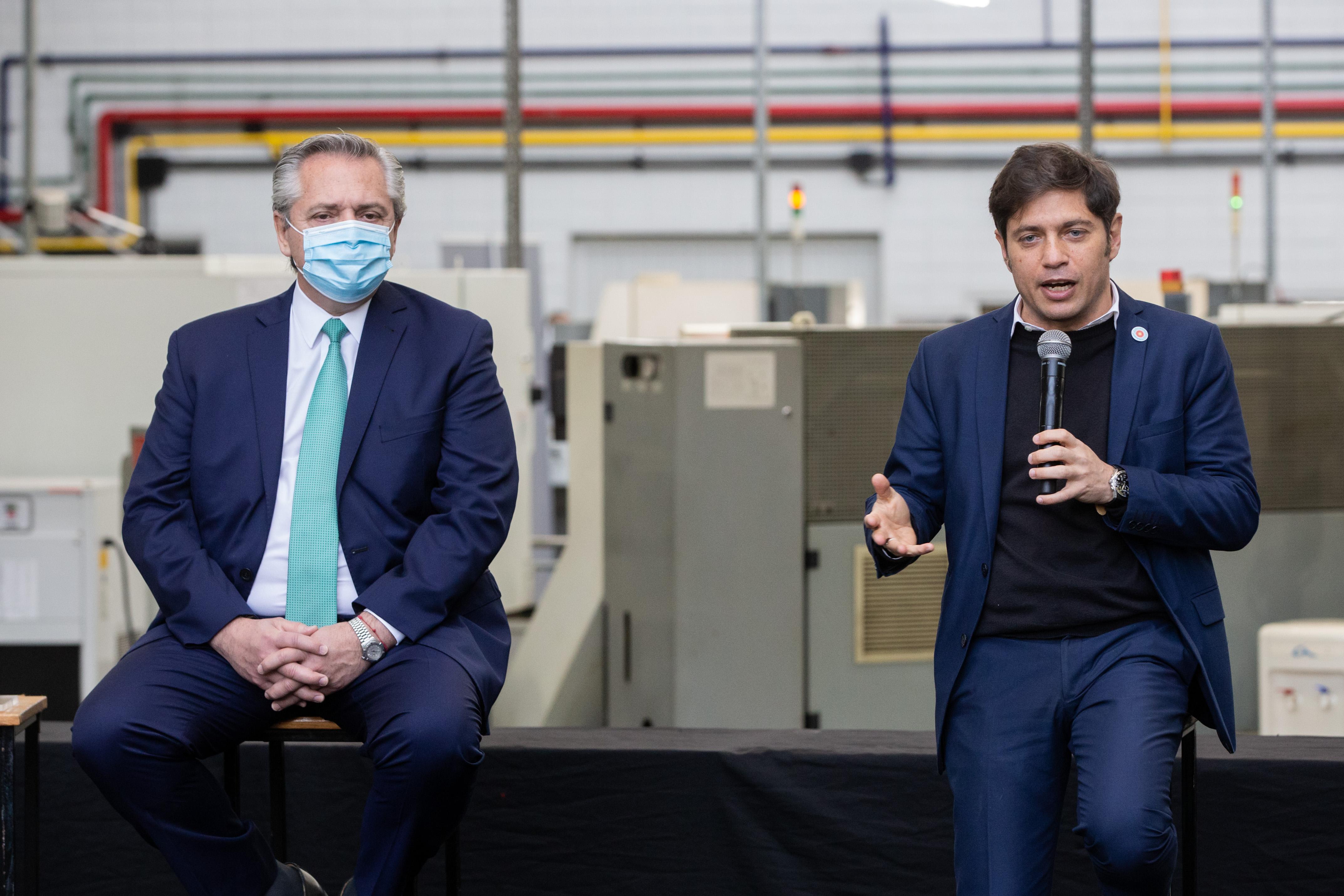 Alberto Fernández estuvo acompañado por Kicillof en el lanzamiento del programa, en la planta de la empresa de griferías Hidromet. (Télam)