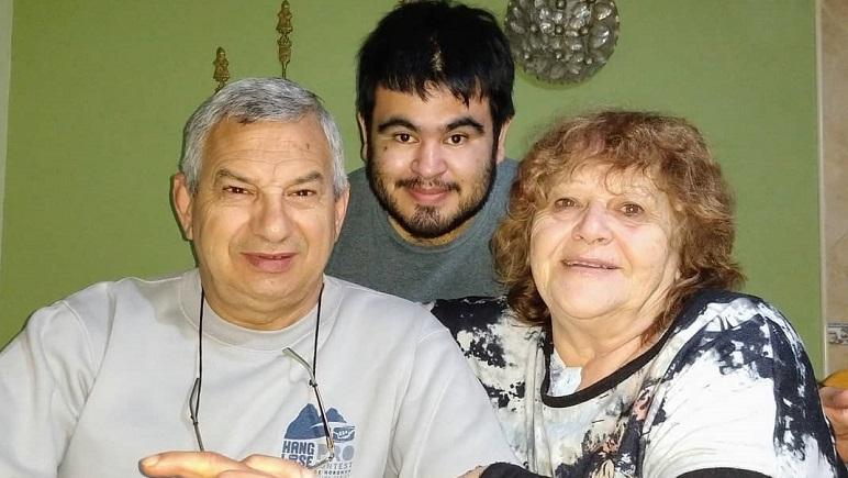 Ricardo y la foto del reencuentro con sus padres.