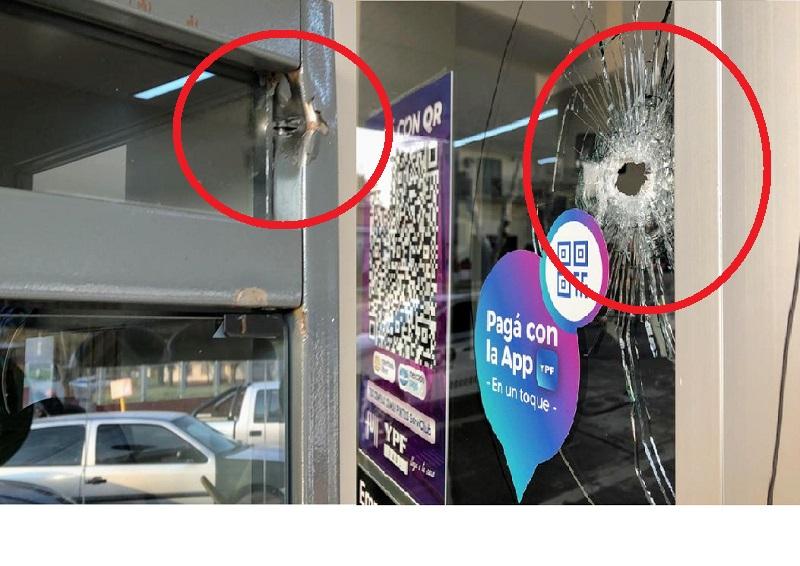 Dos impactos de bala sobre la estación de servicio.