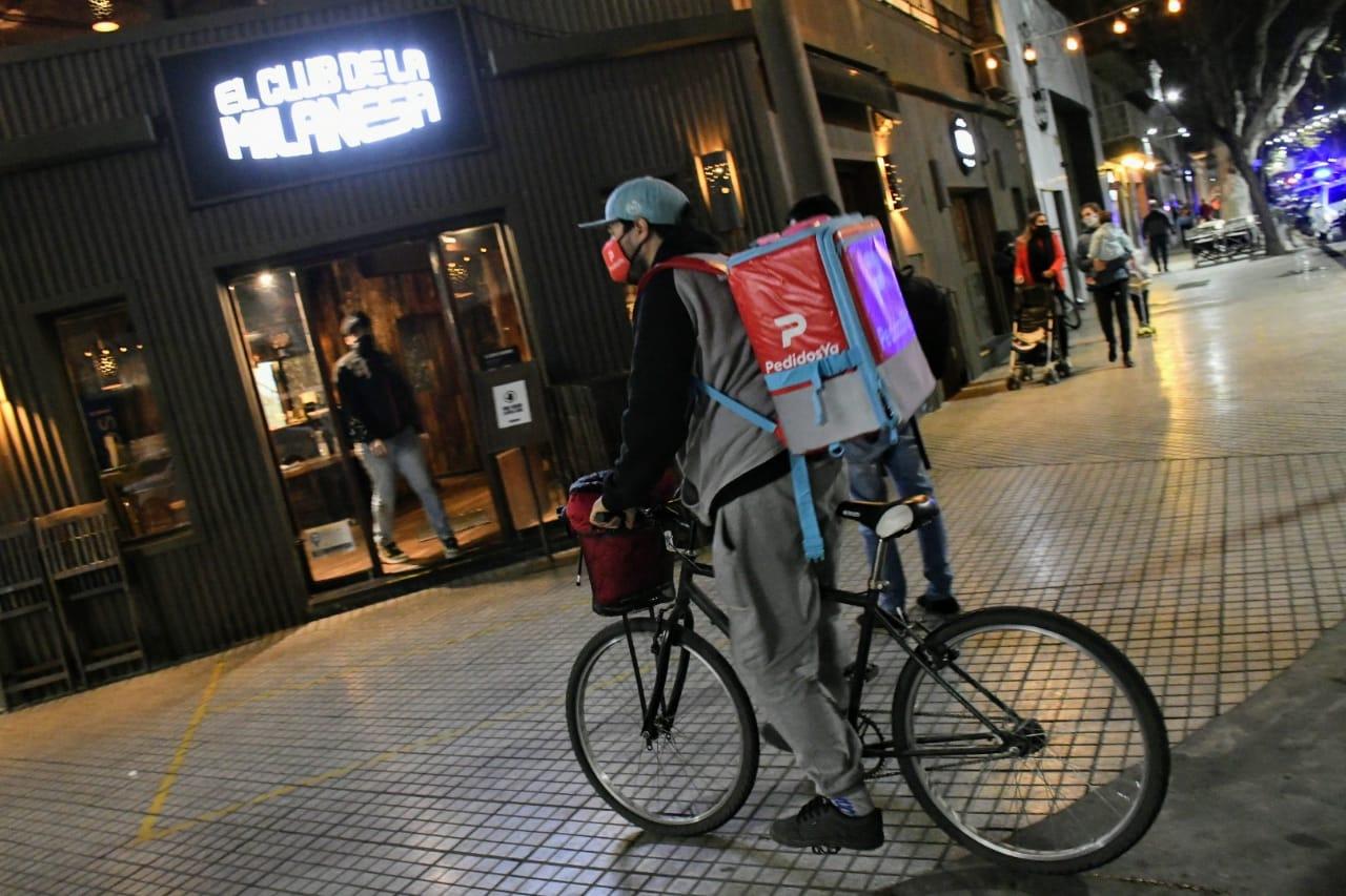 Los repartidores pasan sus horas en la calle, sin oficina ni baño disponible (Rosario Plus)
